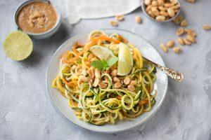 Veganer Sommersalat mit Erdnuss