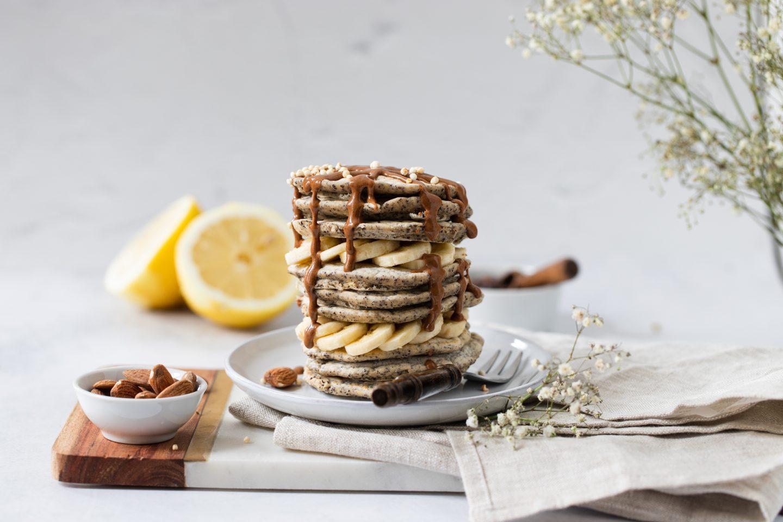 Vegane Mohnpancakes mit Zitrone und Banane
