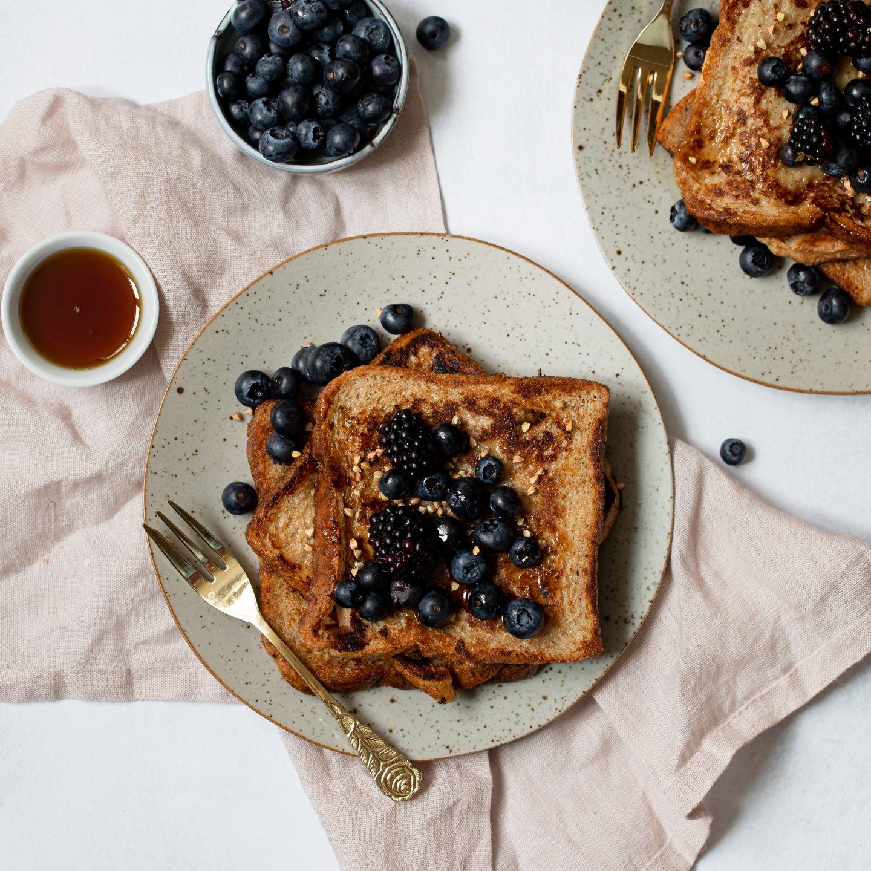 Veganer French Toast mit Beeren