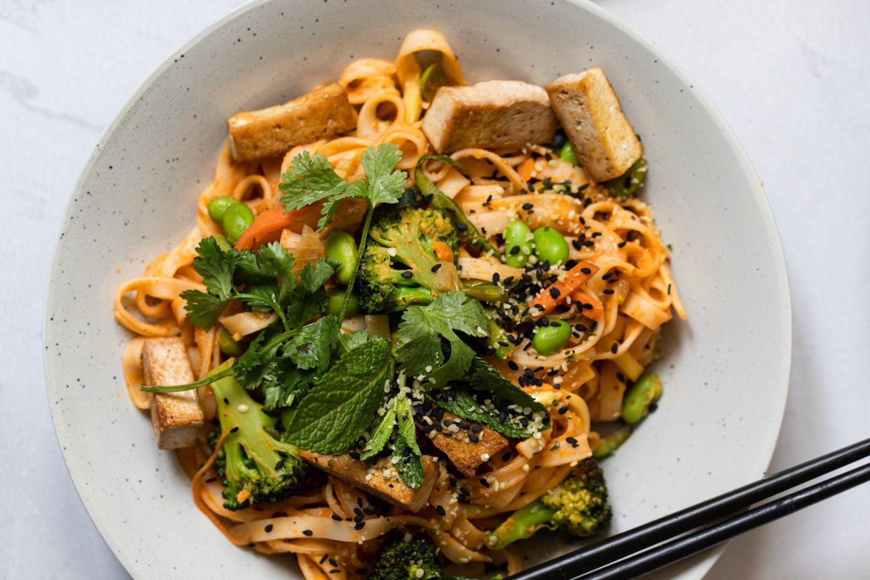 Veganes Gericht mit Reisnudeln